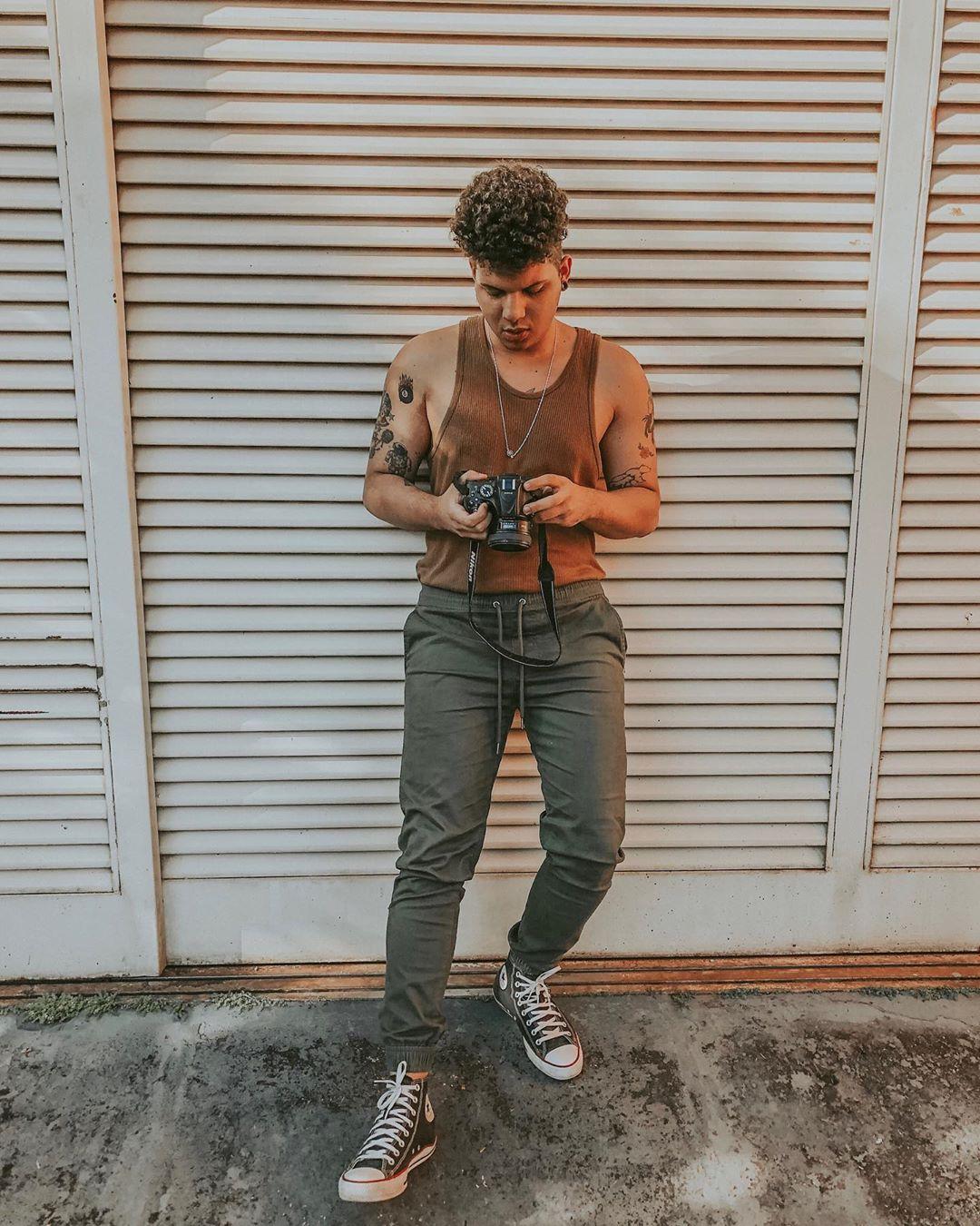 Look Masculino verão Retro Vintage com all star e calça jogger verde militar