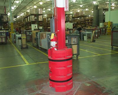 Lợi dụng các cột bê tông, cột dàn giáo cố định để treo bình