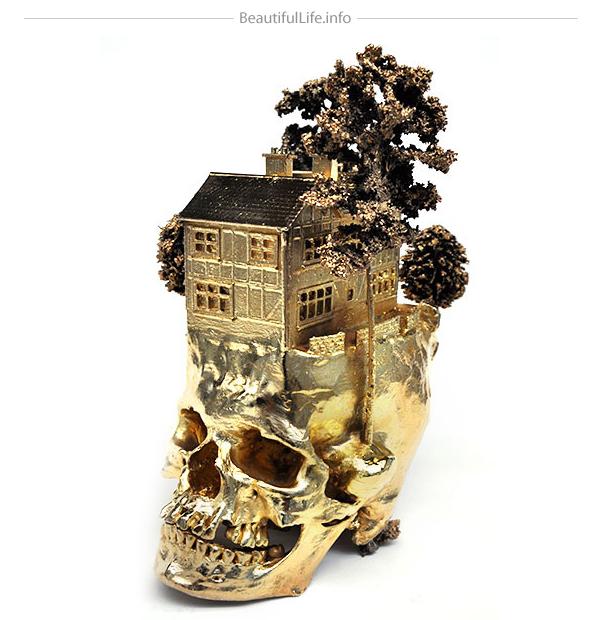 Interesante cráneo chapado  en oro.