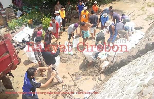 warga indramayu waswas tanggul sungai jebol