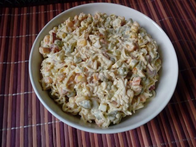 salatka misz masz salatka z rosolu salatka z zupek chinskich salatka z makaronem salatka na sylwestra sylwestrowa swiateczna salatka jarzynowa salatka warzywna