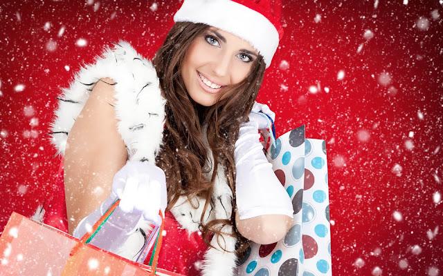 Kerstvrouw met cadeaus klaar met de kerstinkopen