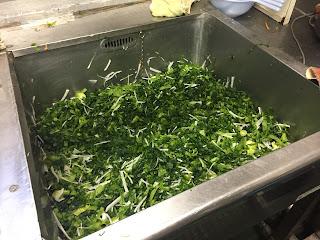 ネットから青菜、大根、ニンジンを出して、塩、砂糖を入れて混ぜる。