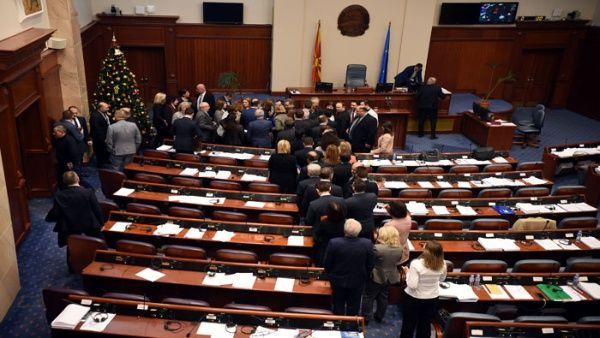 Parlamento de Macedonia aprueba enmienda para cambio de nombre
