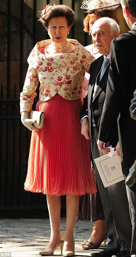 Royal Watch Wedding Of Zara Phillips To Mike Tindall Tiara Lessons The Bag Hag Diaries