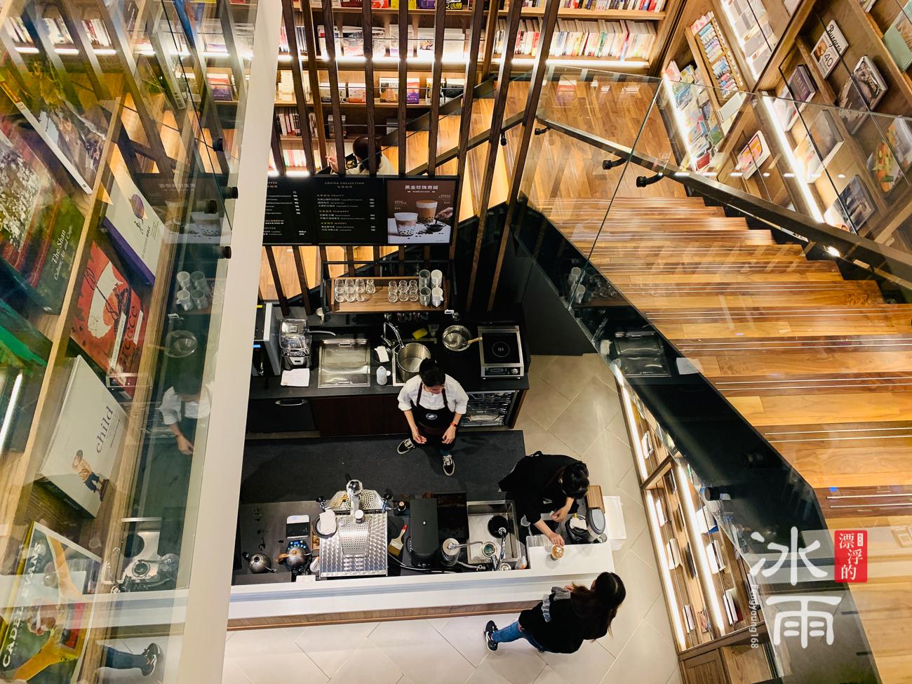 蔦屋書店松山店內部的空間照片,從二樓往下拍