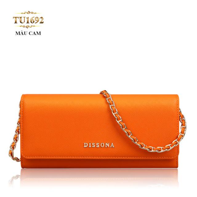 chiếc ví cầm tay da thật có thiết kế nhỏ gọn, vừa vặn với tay cầm