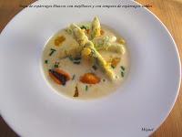 Sopa de espárragos blancos con mejillones, con tempura de espárragos verdes,