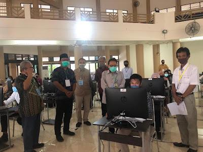 Rektor Unram Prof. Dr. Lalu Husni, S.H., M.Hum. saat meninjau lokasi Pelaksanaan UTBK Unram