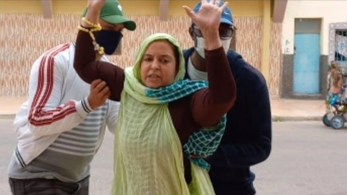 Policías marroquíes propinan una bestial paliza a la activista saharaui Sultana Jaya.