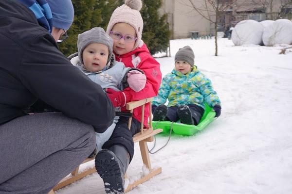 trójka dzieci na sankach, dzieci rok po roku, podwójce sanki, czy to się opłaca
