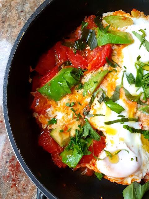 jaja duszone w pomidorach, jaja z patelni, jaja sadzone, jajka na kolację, szakszsuka,zdrowe dania z jajek,insulinooporność,dlaczego warto jeść jaja,jak ugotować jaja,z kuchni do kuchni, najlepszy blog kulinarny,