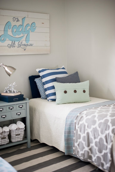 The blue tones in this guest bedroom are very cohesive.