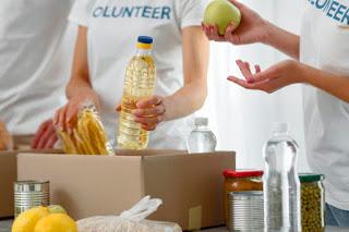 mulheres fazendo doação de alimento