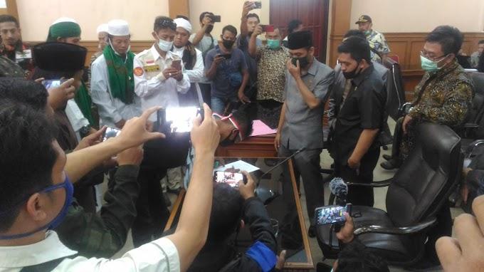 DPRD Kabupaten Majalengka Dinilai Ingkar Janji, LSM GMBI Distrik Majalengka Bertahan Didepan Kantor