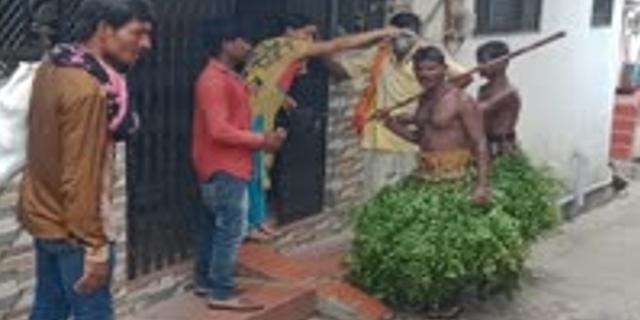 रूठे इंद्रदेव को मनाने नंगे शरीर पर नीम लपेटकर भीख मांग रहे हैं लोग | BARISH KE TOTKE