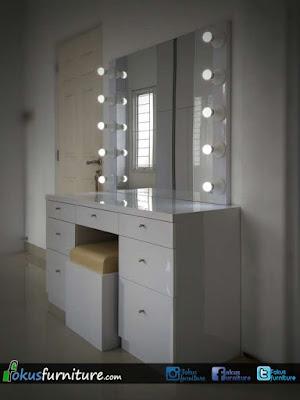 Meja rias dengan kaca cermin