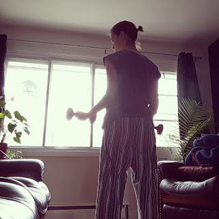 Jeune femme, salon, poids libres, entraînement à la maison