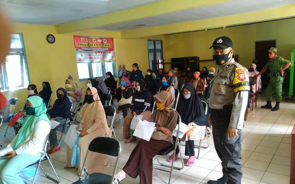 299 Warga Desa Gadog Terima Bantuan Sosial Tunai Dari Kemensos
