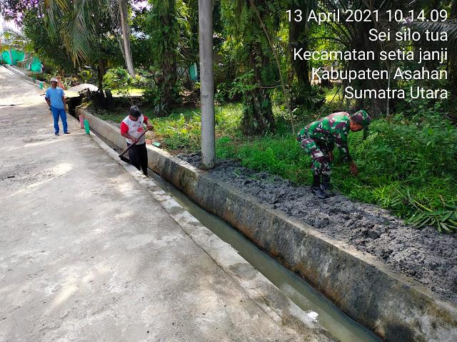 Kompak Personel Jajaran Kodim 0208/Asahan Bersihkan Saluran Air Bersama Masyarakat