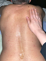 Application de la cire de la bougie de massage relaxante sur le dos, DIY