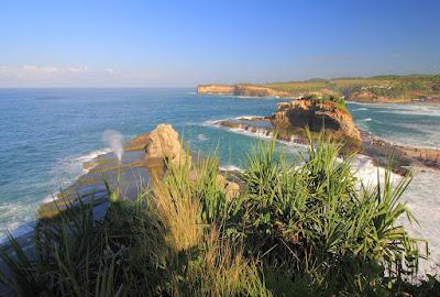 Seruling Samudera di pantai Klayar Pacitan