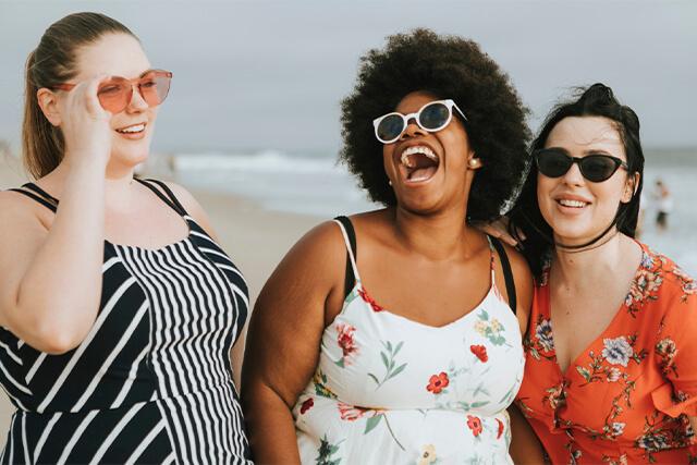 tres mulheres gordas vestindo roupas de moda plus size