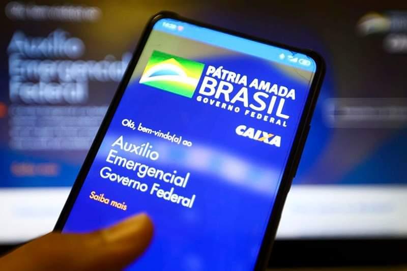 Guedes afirma que governo estuda tornar auxílio emergencial permanente