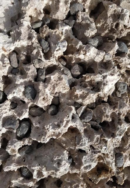 Textura de bloque de sal erosionado con piedras pequeñas adentro