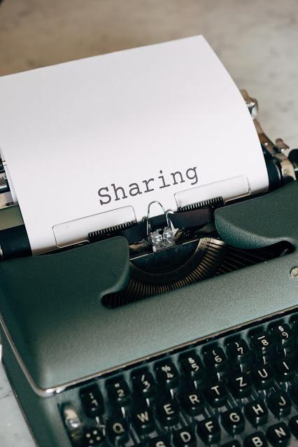 mesin ketik dan kertas bertuliskan sharing