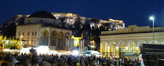 Plaza Monastiraki y Acrópolis de noche.