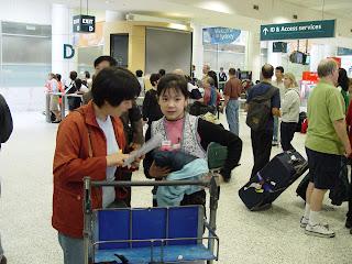 经过三年的分离,曾铮在悉尼国际机场与独自飞抵悉尼的11岁女儿团聚。(曾铮提供)