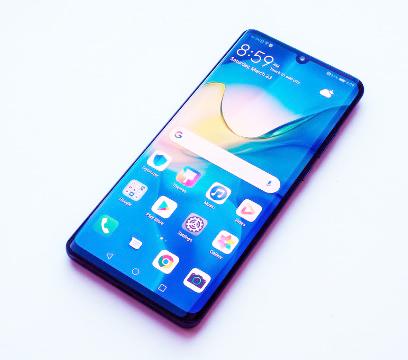 """يعتبر هاتف Huawei P30 Pro من أفضل الهواتف من ناحية الكاميرا إنه أفضل أداء منخفض الإضاءة قمنا باختباره ، كما أن عدساته المقربة """"المنظار"""" تلتقط صورًا مذهلة على بُعد.   ويمر بفارق ضئيل على الكاميرات الخلفية أحادية العدسة مثل Google Pixel 3 و Pixel 3 XL من حيث الجودة.  فهو يتوفر على أربع كاميرات عدسة رئيسية بدقة 40 ميجابكسل وعدسة تليفوتوغرافي بدقة 8 ميجابكسل وعدسة واسعة للغاية بدقة 20 ميجابكسل ، ثم كاميرا ToF (وقت الرحلة) لاستشعار العمق للصور صورة.  يمكنك الاقتراب بجنون من الأشياء ذات الزوم 50x وأيضًا التصوير في الليل كما لو كانت جميع الأنوار مضاءة حقًا."""