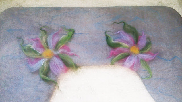 полуваленки-пимы, мокрое валяние, процесс: выкладываю цветы