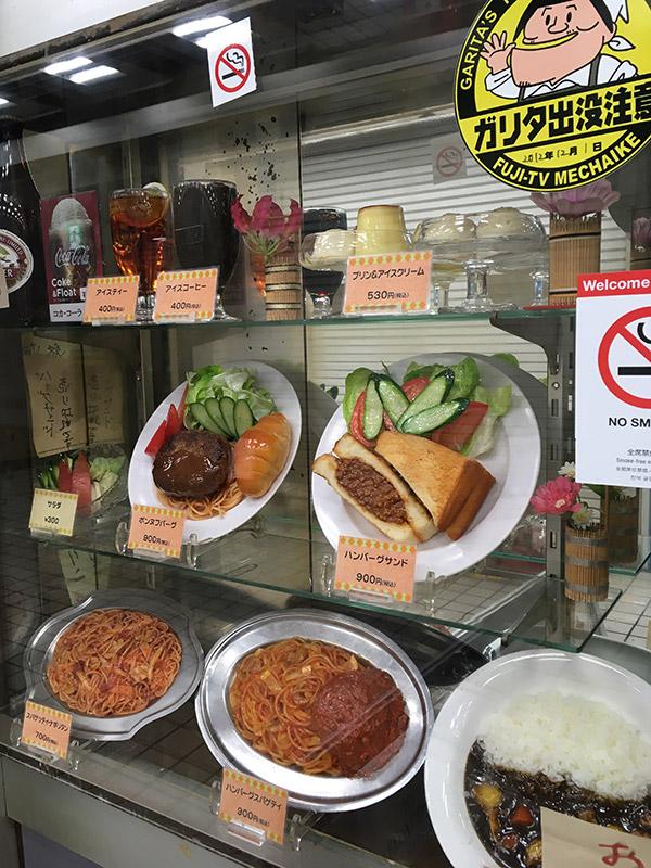 新橋の有名レストラン『カフェテラスポンヌフ』の食品サンプルケース