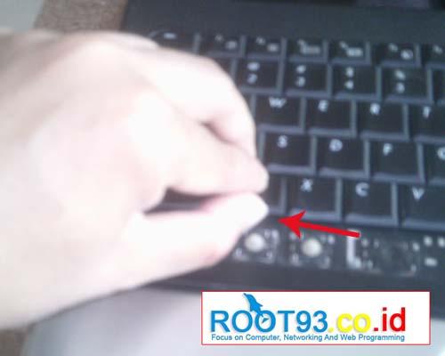 mencungkil tombol keyboard