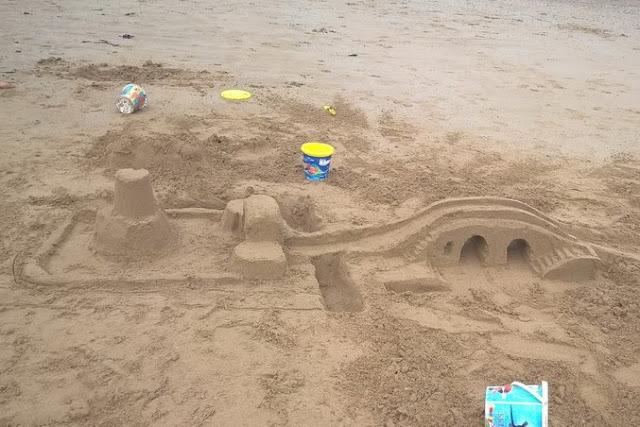 sabbia e bambini in Normandia