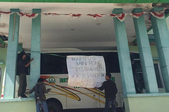 "Gelar Aksi, Mahasiswa IAIN Serukan ""Kuliah"" di Kantor DPRD Bone - bone terkini"