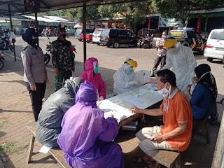 Anggota Koramil 03/Batealit Bagikan Masker di Pasar Mindahan