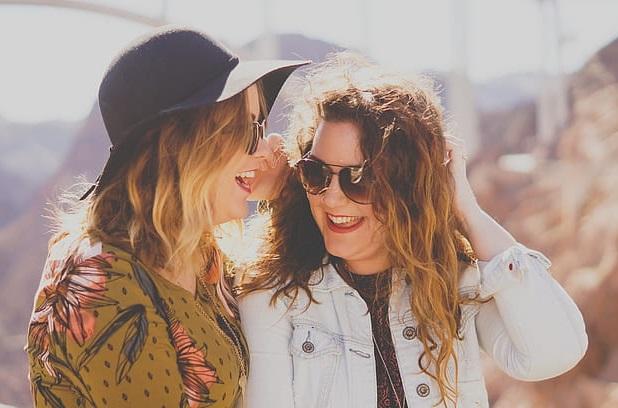 Ich habe zu viele Jahre damit verbracht, Bücher zu lesen und an vielen hübschen Frauen zu üben. Ich teile Ihnen gerne großartige Dating-Tipps mit, wie Sie hübsche Mädchen dazu bringen können, Sie zu mögen. Diese großartigen Tipps zeigen Ihnen, wie Sie Ihr hübsches Mädchen dazu bringen können, Sie mehr zu lieben als zuvor. Denken Sie daran, dass nicht alle Mädchen gleich sind, daher müssen Sie die Tipps für jedes Mädchen ändern. Sind hübsche Mädchen wählerisch? Nein, sie sind nicht so wählerisch wie Sie dachten. Um genau zu wissen, wie man schöne Damen dazu bringt, Sie zu mögen, müssen Sie auf diese tollen Tipps achten. Ob Sie sie im Nachtclub, in der Schule oder bei Online-Dating-Diensten treffen, es ist nicht schwierig, Ihre Frau dazu zu bringen, Sie zu lieben. Der Hauptgrund ist, dass Sie nicht wissen, wie Sie mit Ihrem Mädchen sprechen sollen. Sie müssen sich jedoch daran erinnern, dass es normalerweise schwierig ist, ein Mädchen dazu zu bringen, Sie zu lieben, wenn Sie es nur ein paar Stunden lang getroffen haben.
