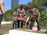 *Momentum Hari Bhayangkara ke-75, Kapolda Jatim Ziarah ke TMP 10 November Surabaya