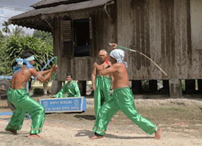 Tari Beripat Beregong Bangka Belitung Unjuk Kebolehan Memukul Lawan