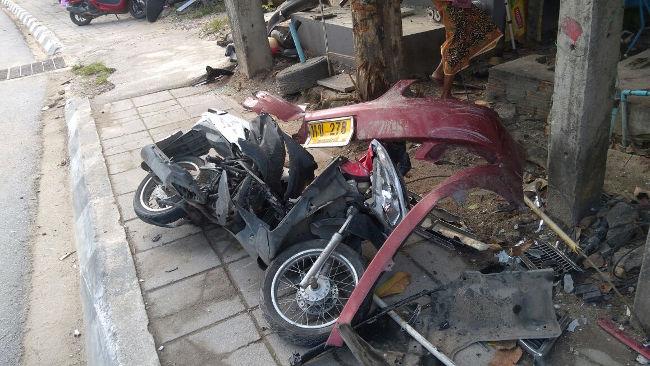 Скутер после столкновения с машиной