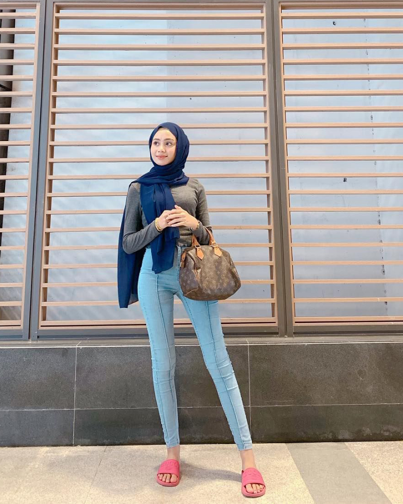 Celana Jeans ketat dan Hijab Jilbab Pashiman Biru baju kaos ketat dan hot manis