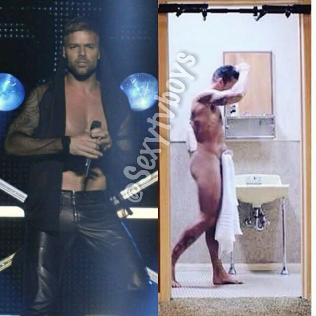 Ricky Martin saliendo de la ducha