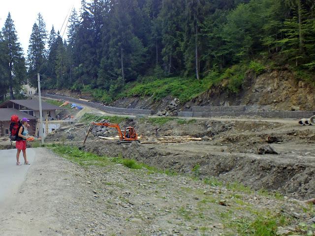 Строительные работы в ущелье