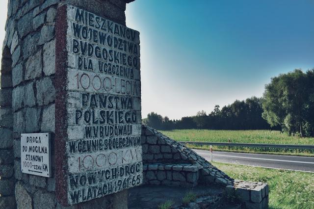 Pomnik kończący budowę 1000 km dróg w województwie bydgoskim dla uczczenia 1000-lecia państwa polskiego