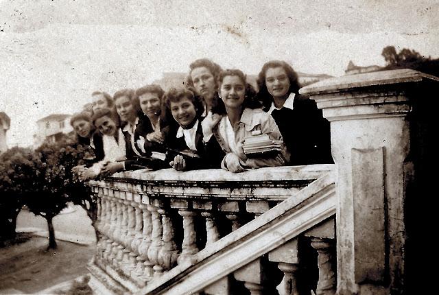Alunas nas escadarias do Colégio do Carmo.