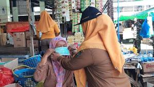 Tangkal Corona, Camat Rasbar Bagikan Masker di Pasar Amahami