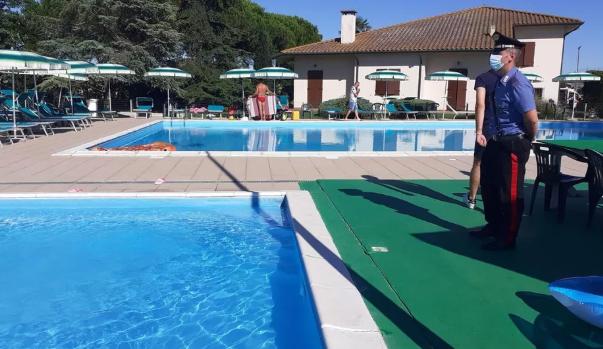 Ferrara, indagata la mamma del bimbo annegato nell'agriturismo